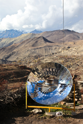Her blir en solkoker brukt til å varme opp vann i Nepal. ©iStock.com/0shi