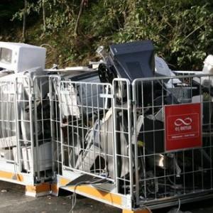 Ta godt vare på apparatene dine og reparer dem istedenfor å kjøpe nye. Det er ofte billigst, og det sparer miljøet for mye avfall. Hvis du må kvitte deg med noe elektronisk, pass på å levere det inn til resirkulering. I Norge kan du levere inn såkalt EE-avfall (altså apparater som går på strøm eller batterier) til butikker som selger varen du skal resirkulere, eller du kan levere EE-avfallet til et kommunalt mottak. Bare ikke kast det i restavfall! Foto: Anne Sofie Gjestrum, Miljødirektoratet