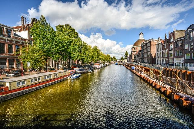 Amsterdam jobber mye for å minske forurensningen i byen. Elektriske kanalbåter er et tiltak. Bilde: Pixabay.com