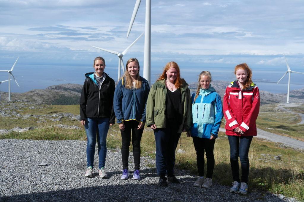 UngEnergi på besøk på Bessakerfjellet vindkraftverk (2014). Fra venstre: Kristine Klock Fleten, Lisa Tømmervåg, Anniken Karlyme Wullum, Anna Solberg, Kari P. Jystad.  Foto: UngEnergi
