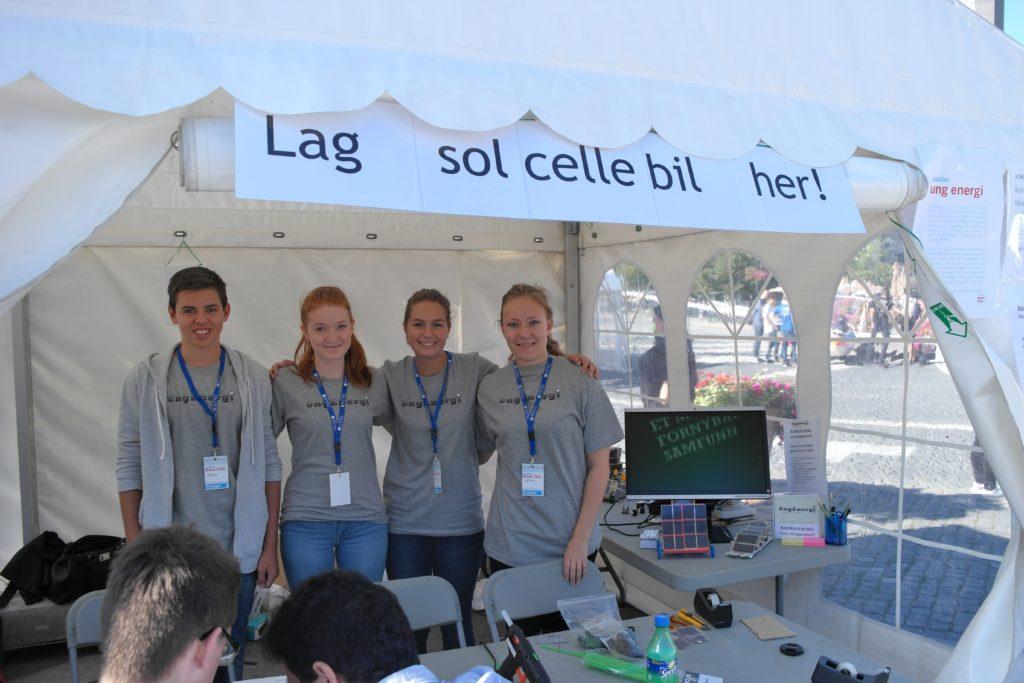 UngEnergi på stand på Trondheim Maker Faire 2014. Fra venstre: Eirik Grav, Kari P. Jystad, Kristine Klock Fleten, Lisa Tømmervåg. Foto: UngEnergi