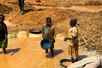 Barn helt ned i 11-årsalderen må arbeide i de ulovlige gruvene. ©flickr.com ENOUGH Project https://bit.ly/2NRAIS3