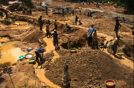 Gruvearbeidere utvinner konfliktmineralene i ulovlig styrte gruver i Den demokratiske republikken Kongo. ©flickr.com ENOUGH Project https://bit.ly/2OuvkoX