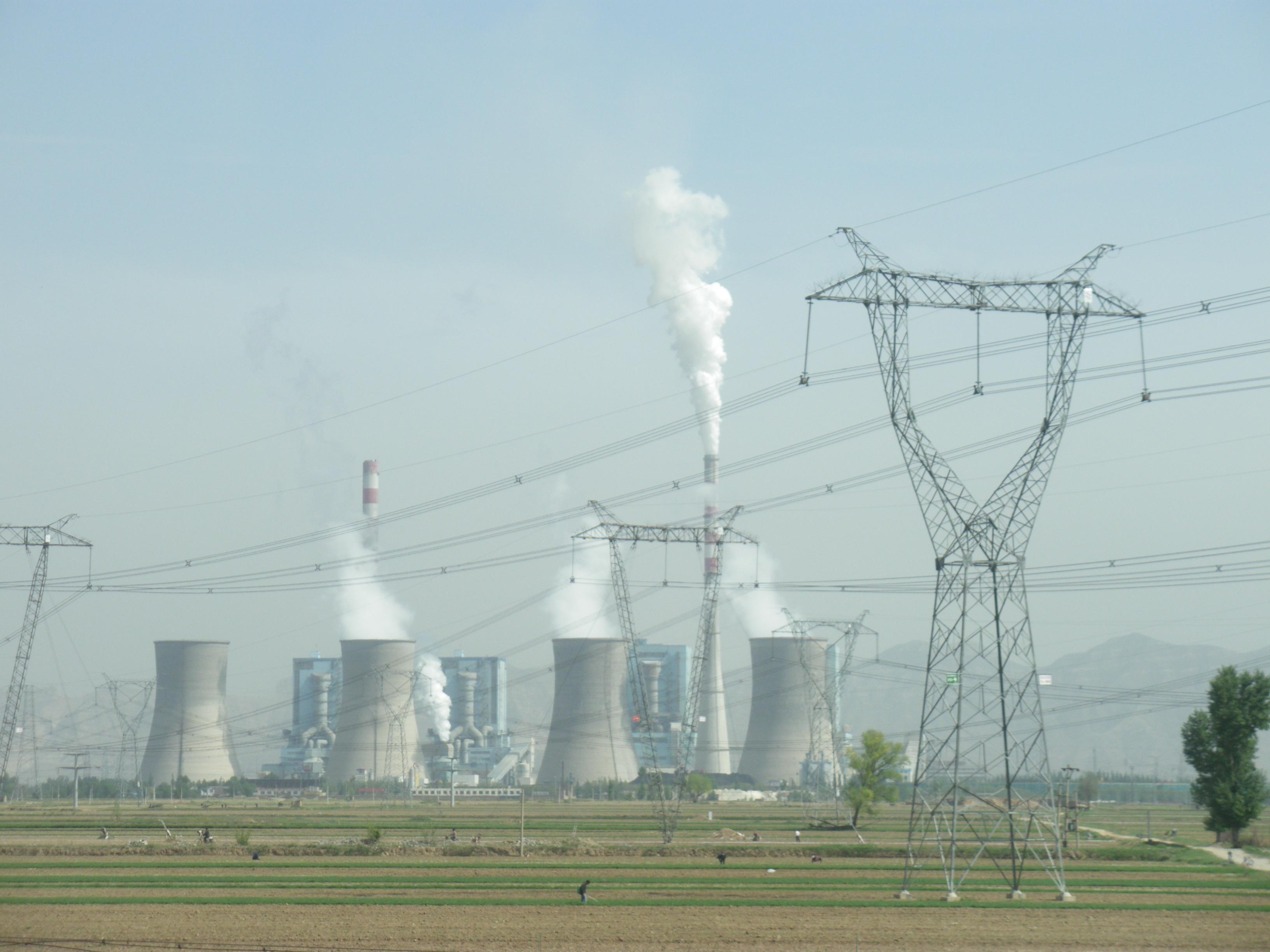 Kullkraftverk fra Shuozhou i Kina. Det kinesiske strømnettverket er veldig avhengig av kullkraft. Er det da forsvarlig å bruke denne energien til å produsere mobiltelefoner? Ville du betalt ekstra for en mobiltelefon produsert med fornybar strøm?