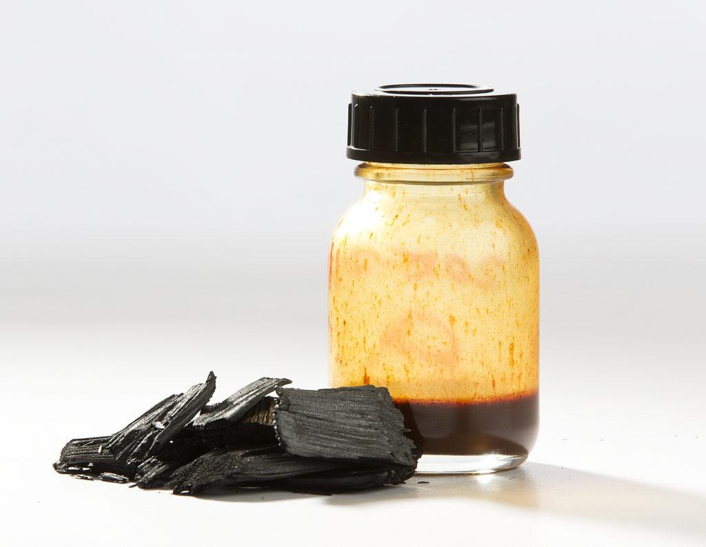 Figuren viser biokull og -olje fra pyrolyse. Foto: SINTEF/Gry Karin Stimo.
