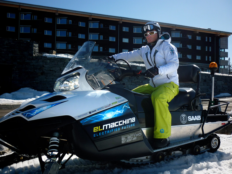 Petter Stordalen på el-snøscooter. Foto: Green Highway