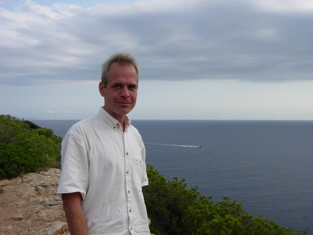 Petter Dessne ved Middelhavet. Foto: Karin Dessne